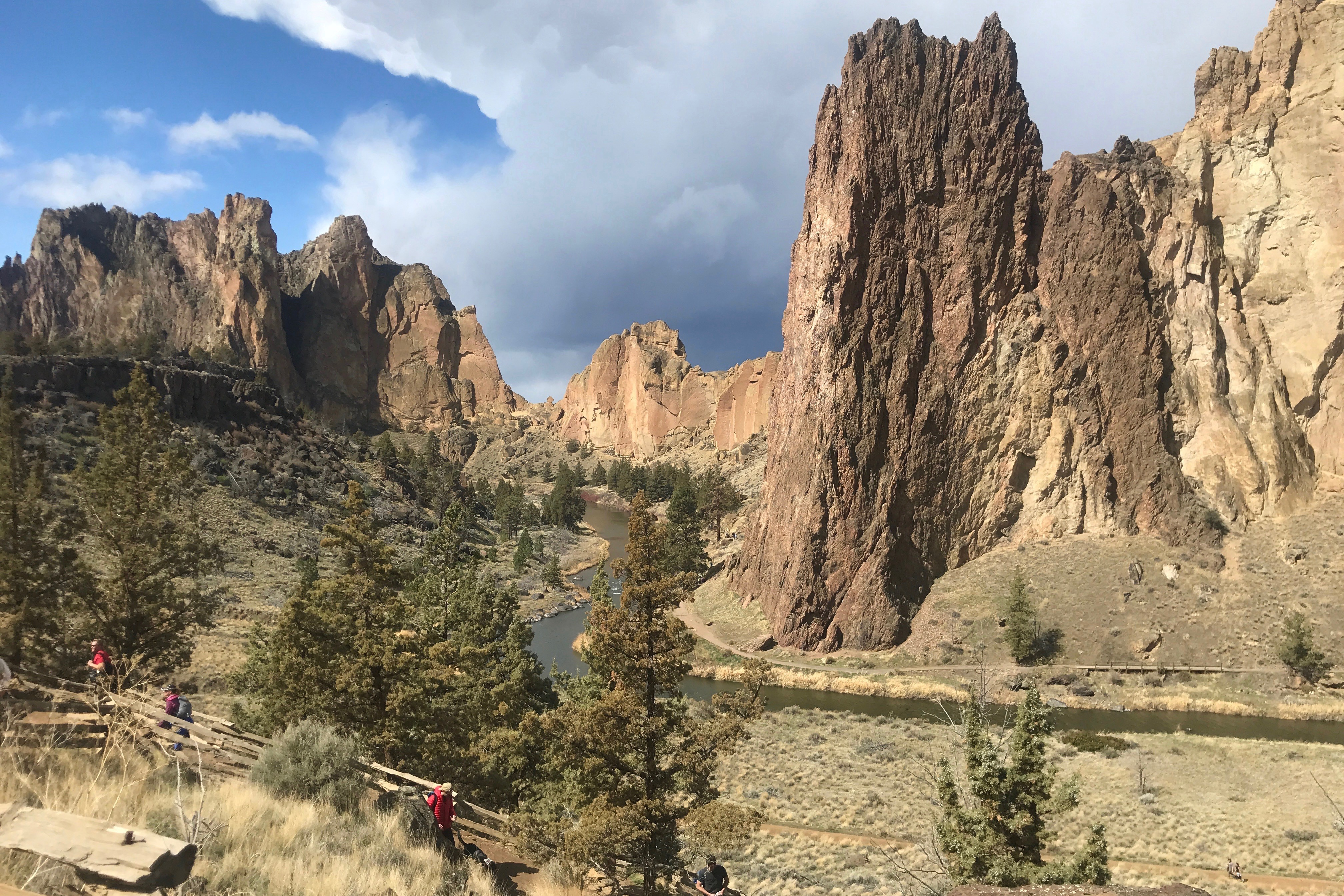 Scenic image of Smith Rock State Park and the Crooked River in the fall